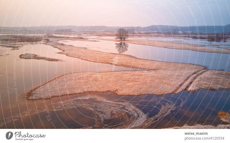 Sonnenaufgang Frühling Schmelzen Fluss Überschwemmung Luftpanorama. Überlaufendes Wasser im Frühling. Ländliche Landschaft im April. fluten Antenne Sintflut