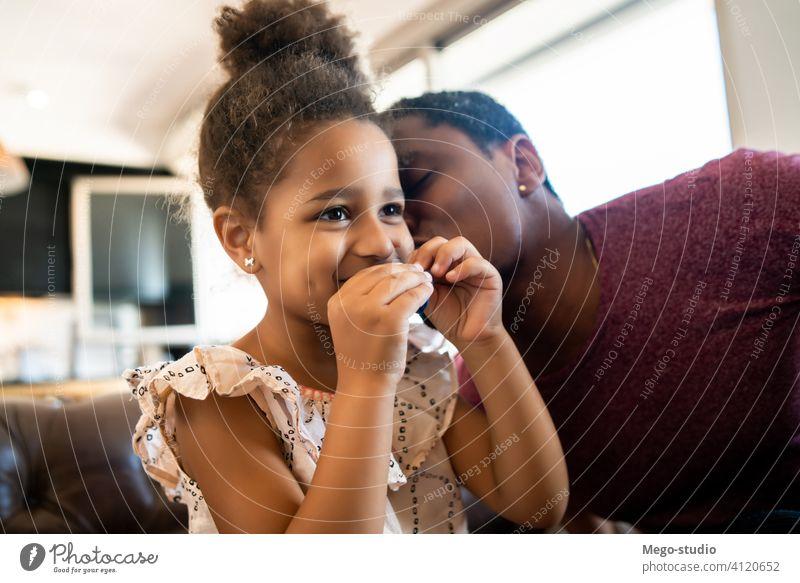Tochter und Vater spielen zusammen zu Hause. heimwärts monoparentiell Lifestyle Familie alleinerziehend im Innenbereich Aktivität Kindererziehung Partnerschaft