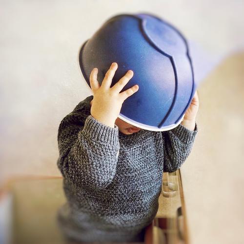 auf den kopf gestellt   helmpflicht überstülpen Spass blau witzig umdrehen Kind Küche aufsetzen Helm Schüssel Rührschüssel Kindheit Spaß Freude lustig