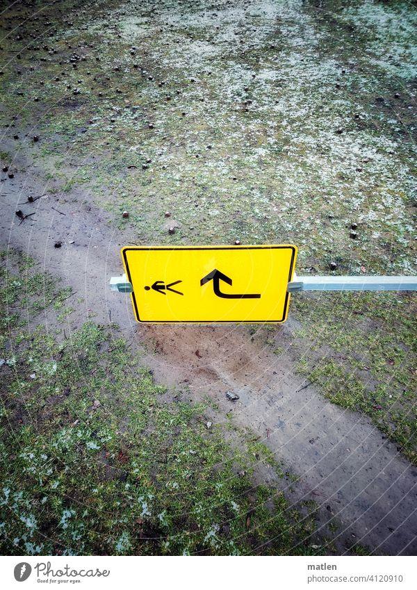 Schildbürgerstreich Rasen Weg schnee schild Pfeil Richtung umgeworfen Richtungswechsel Umleitung Wegweiser Schilder & Markierungen Orientierung Navigation