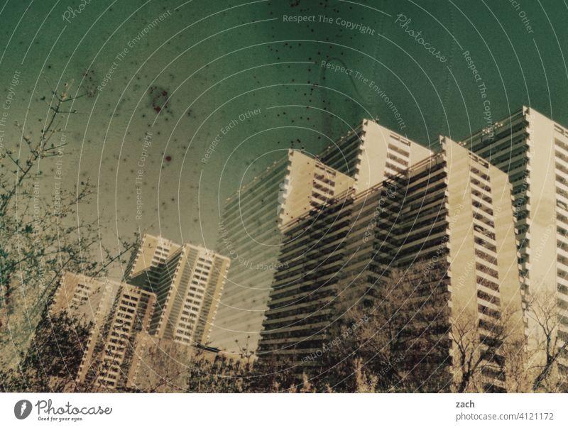 Leben in Schachteln analog Doppelbelichtung Scan Stadt Lomografie Dia Experiment Hochhaus Wohnhaus Plattenbau Berlin Fassade Großstadt Hauptstadt Architektur