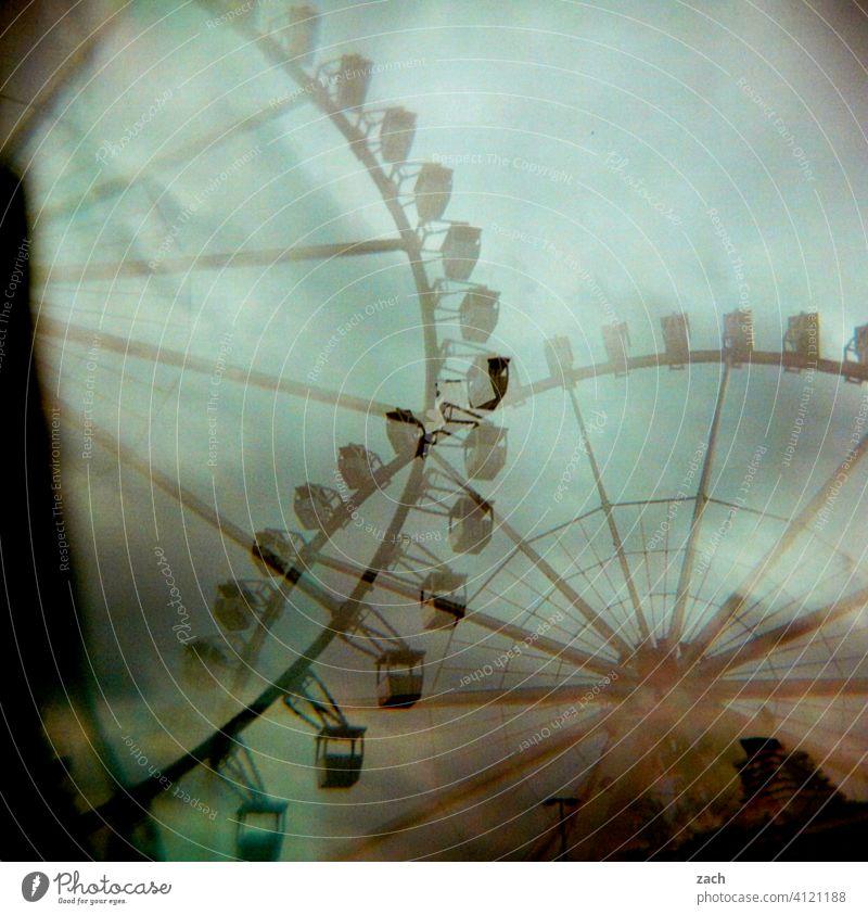 doppeltes Vergnügen analog Doppelbelichtung Scan Stadt Lomografie Dia Experiment Holga Riesenrad Vergnügungspark vergnügen Riesenrad fahren Gondel spass
