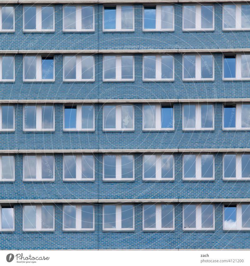 Alles nur Fassade Muster Einsamkeit Fenster Beton Linie Häusliches Leben Wand Mauer Architektur Bauwerk Menschenleer Hochhaus Haus Industrieanlage überbevölkert