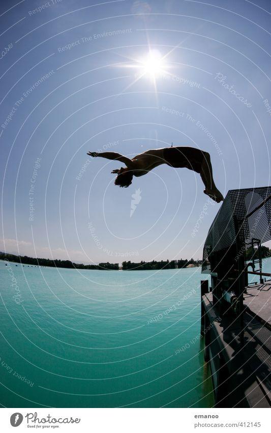 Baggerseesalto Mensch Mann Jugendliche Ferien & Urlaub & Reisen grün Sommer Sonne Freude Erwachsene Sport Freiheit Stil See springen fliegen Körper