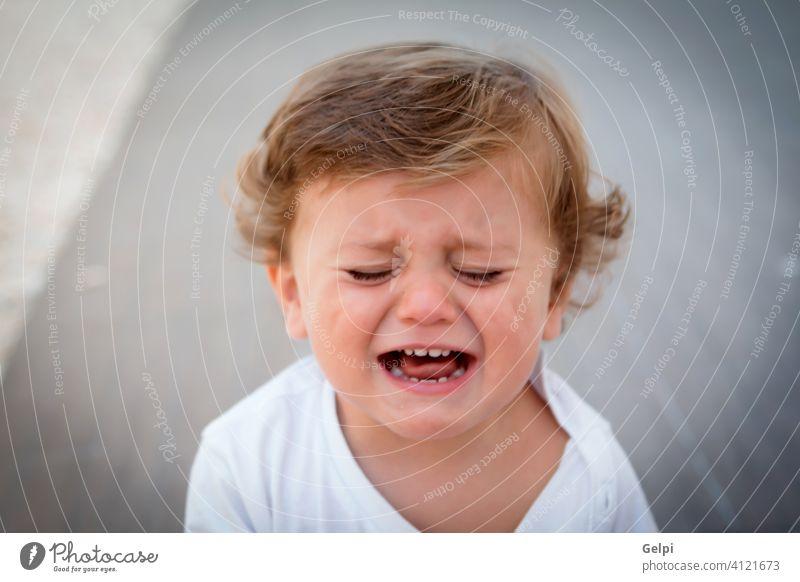 Lustiges Baby ein Jahr weinend niedlich Kind weiß traurig Ausdruck cool Sommer im Freien Kleinkind Junge unglücklich Kaukasier wenig Lifestyle schön Porträt