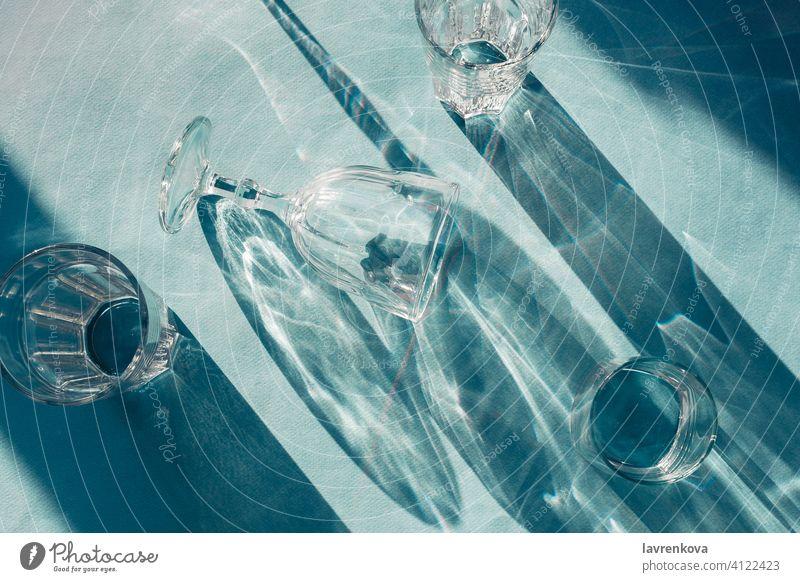 Flatlay von verschiedenen Weingläsern auf blauem Hintergrund, selektiver Fokus glänzend trinken liquide hell Reichtum Alkohol Getränk Feier Farbe Tasse