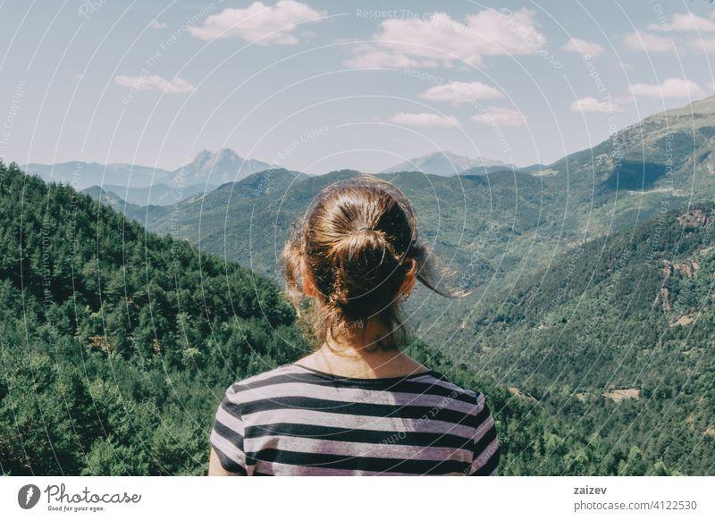 Mädchen zu Fuß entlang einem kleinen Pfad in den Bergen Spaniens. im Freien mittelgroß Textfreiraum Farbe Menschen Frau eine Person 20s 30s Berge u. Gebirge