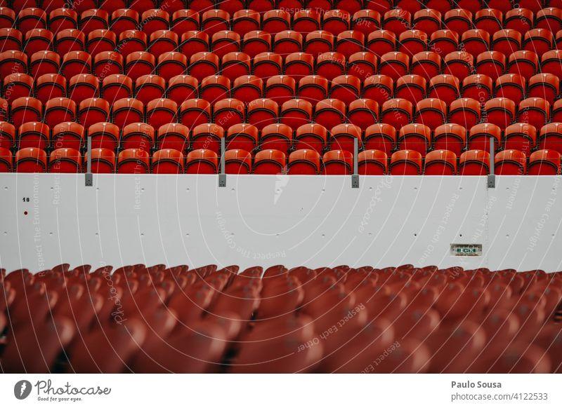 Leere Plätze in der Veranstaltung leer Sitzgelegenheit Kündigung Konzert Publikum Stadion Menschenmenge sitzen Stuhlreihe Sitzreihe Bestuhlung Reihe Platz frei
