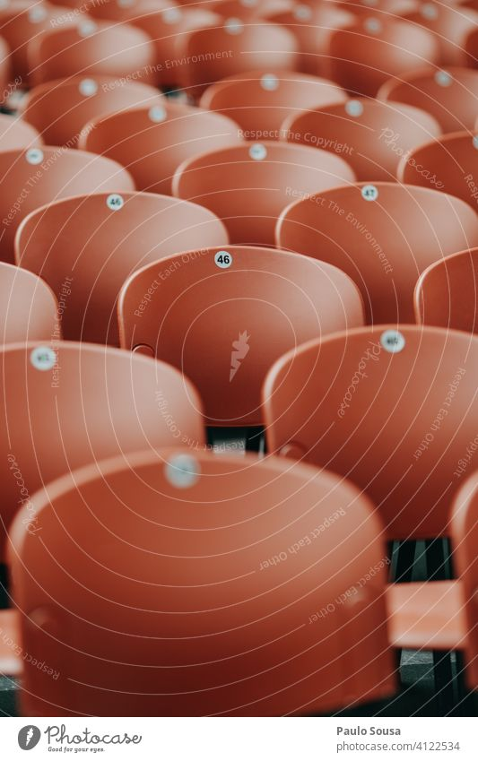 Leere Plätze in der Veranstaltung leer Leerraum Sitzgelegenheit Konzert Einschränkung begrenzen Coronavirus viele Stuhlreihe Bestuhlung Platz Menschenleer frei