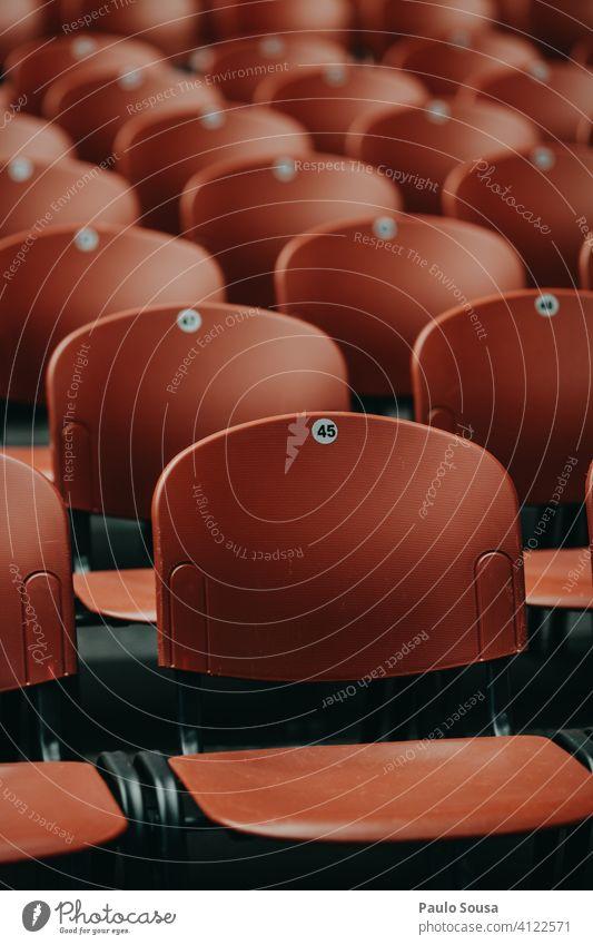 Leere Plätze in der Veranstaltung leer abstrakt Sitzgelegenheit Konzert Einschränkung viele Stuhlreihe Menschenleer Bestuhlung frei Reihe Platz Sitzreihe