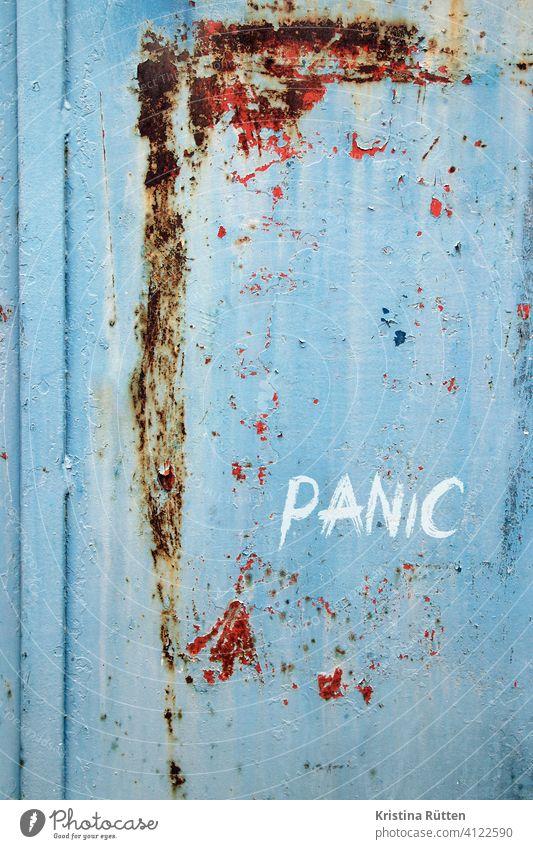 panic panik graffiti geritzt tür wand hintergrund paranoia angst stress schrecken hysterie gefühl reaktion untergrund metall rostig farbe patina abgeblättert