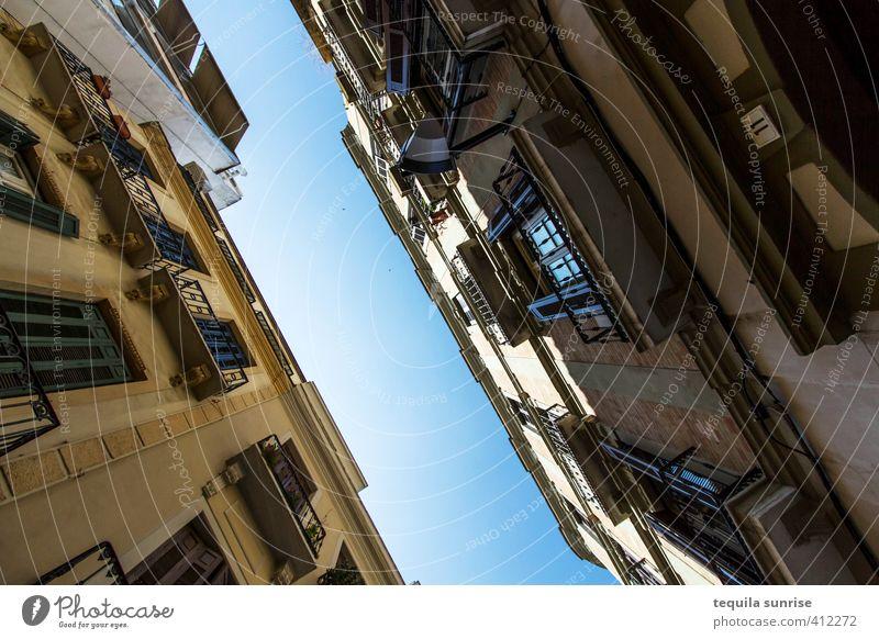 Häuserschlucht Ferien & Urlaub & Reisen Stadt Sommer Haus Fenster Wand Architektur Mauer Gebäude Hochhaus Tourismus Balkon Spanien Stadtzentrum Sightseeing