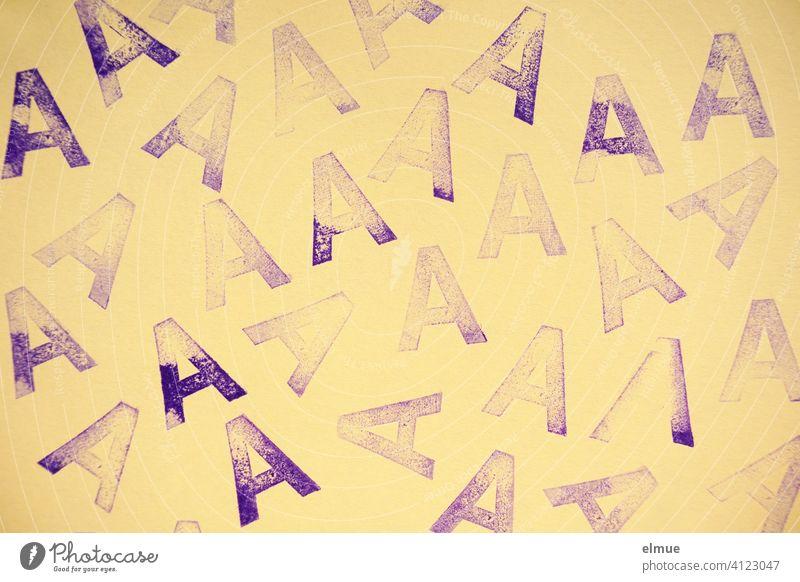 mit lila Stempelfarbe unterschiedlich intensiv auf beigefarbenes Papier gedruckte Buchstaben A / Stempel Typographie Druckbuchstabe Lateinisches Alphabet