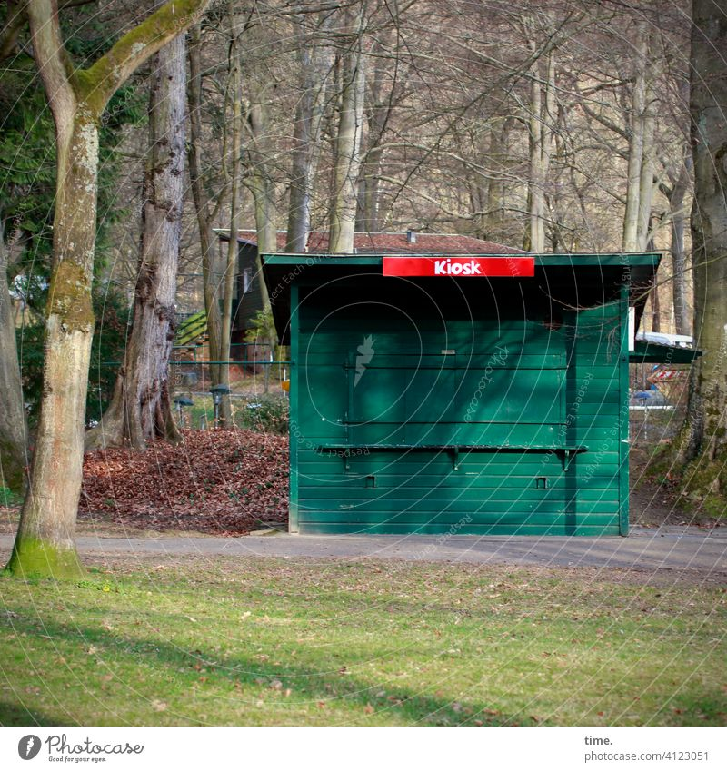 Kundenheimat kiosk Büdchen park baum bäume wiese geschlossen laub sonnig schatten schrift unübersehbar grün holz Architektur