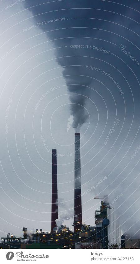 Industrieanlage, Raffinerie mit erheblichem CO2-Ausstoß Abgase industrieschornstein Umweltverschmutzung Luftverschmutzung Emission düster Klimawandel Rauch