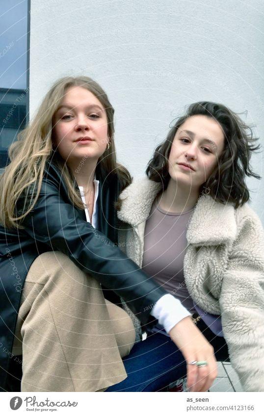 Sisters Schwestern Mädchen Frau zwei Personen Glück Lifestyle Freundschaft Porträt Zusammensein Großstadt blond brünett Mode Kleidung cool hübsch Stil lässig
