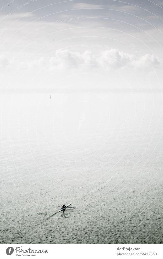 Rudern mit viel Raum Mensch Jugendliche Wolken Erwachsene 18-30 Jahre Sport Gefühle See maskulin Kraft Erfolg Coolness Fitness Spuren sportlich Leidenschaft