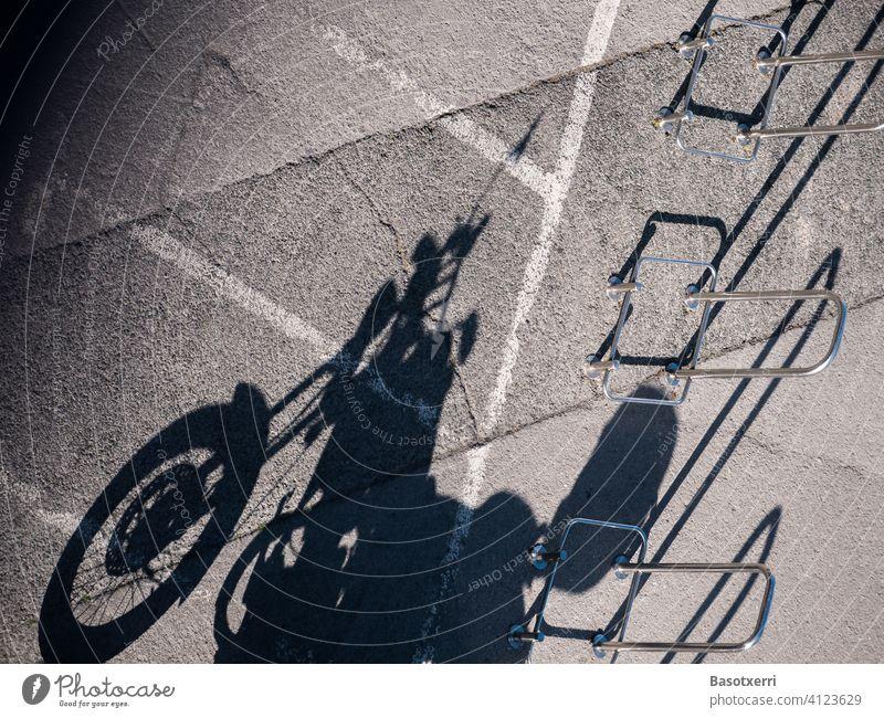 Schatten eines abgestellten Motorrads am späten Nachmittag klassisch Transport Verkehr Parkplatz Fahrzeug Rocker Lifestyle Menschenleer Straße Außenaufnahme