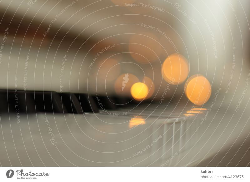 Klaviertastatur mit unscharfen Lichtpunkten Tastatur Bokeh bokeh lichter Unschärfe Lichter verschwommen Schwache Tiefenschärfe Pianotastatur Tasteninstrumente
