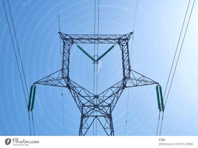Hochspannungs-Energieverteilerturm über freiem Himmel Turm Elektrizität hoch Spannung elektrisch Kraft Draht Kabel Linie Vorrat industriell Metall Übertragung