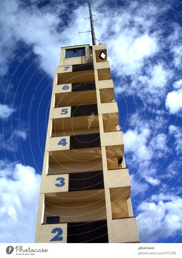 Wolkenturm Himmel blau Haus Architektur hoch Turm Ziffern & Zahlen Etage Antenne Feuerwehr