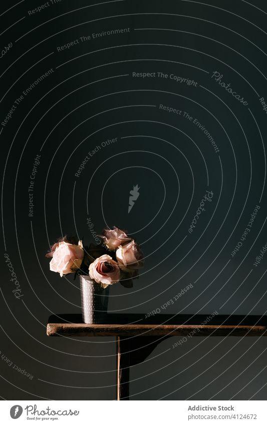 Blumenstrauß in stilvoller Vase auf Holztisch platziert Roséwein altehrwürdig dunkel einfach hölzern rosa Tisch schwarz Wand Dekor Appartement Blütezeit frisch