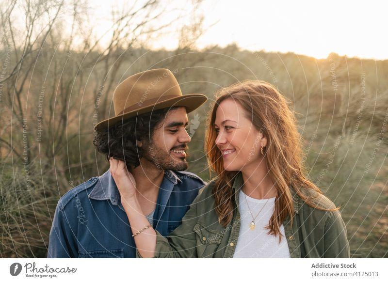 Glückliches Paar umarmt sich auf dem Land Umarmung Landschaft Abend Termin & Datum Liebe Buchse Angebot Sonnenuntergang Mann Frau heiter romantisch Lifestyle