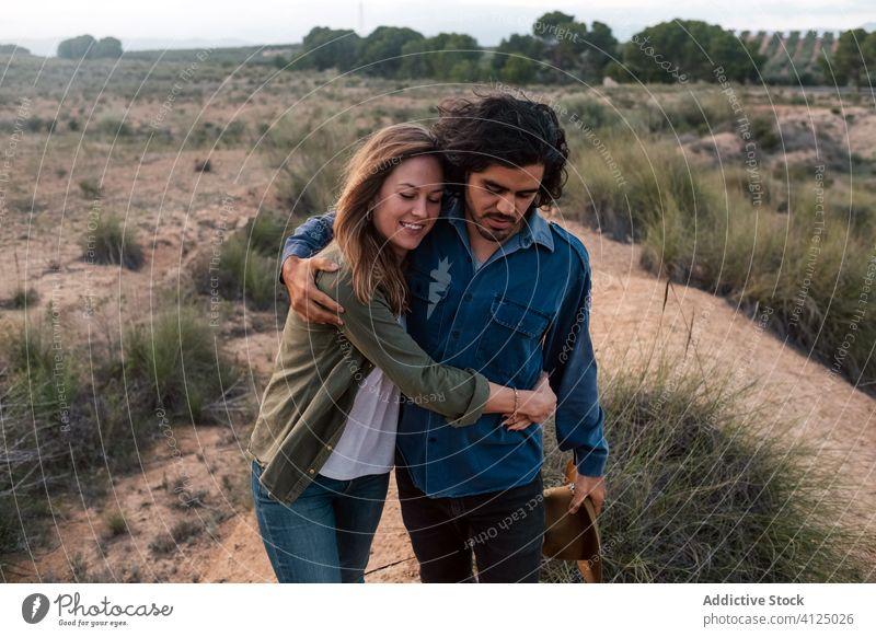 Glückliches Paar beim Spaziergang auf dem Lande Landschaft Abend Termin & Datum Liebe Buchse Angebot Sonnenuntergang Mann Frau heiter romantisch Lifestyle