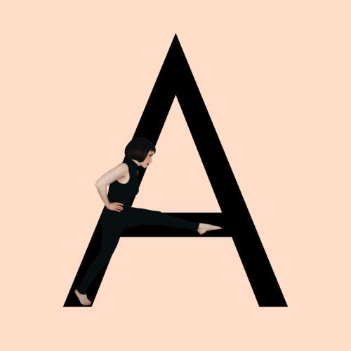 Grafik zeigt schwarzfarbigen Buchstaben A des lateinischen Alphabets vor hautfarbenem Hintergrund und integrierter fotografischer Ganzkörperaufnahme einer posierenden brünetten Frau mit Bob Frisur in schwarzem Einteiler