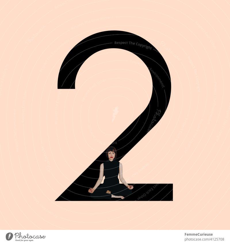 Grafik zeigt schwarzfarbige Zahl 2 vor hautfarbenem Hintergrund und integrierter fotografischer Ganzkörperaufnahme einer posierenden brünetten Frau mit Bob Frisur in schwarzem Einteiler