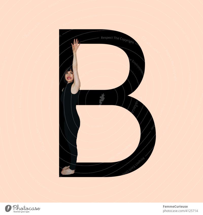 Grafik zeigt schwarzfarbigen Buchstaben B des lateinischen Alphabets vor hautfarbenem Hintergrund und integrierter fotografischer Ganzkörperaufnahme einer posierenden brünetten Frau mit Bob Frisur in schwarzem Einteiler