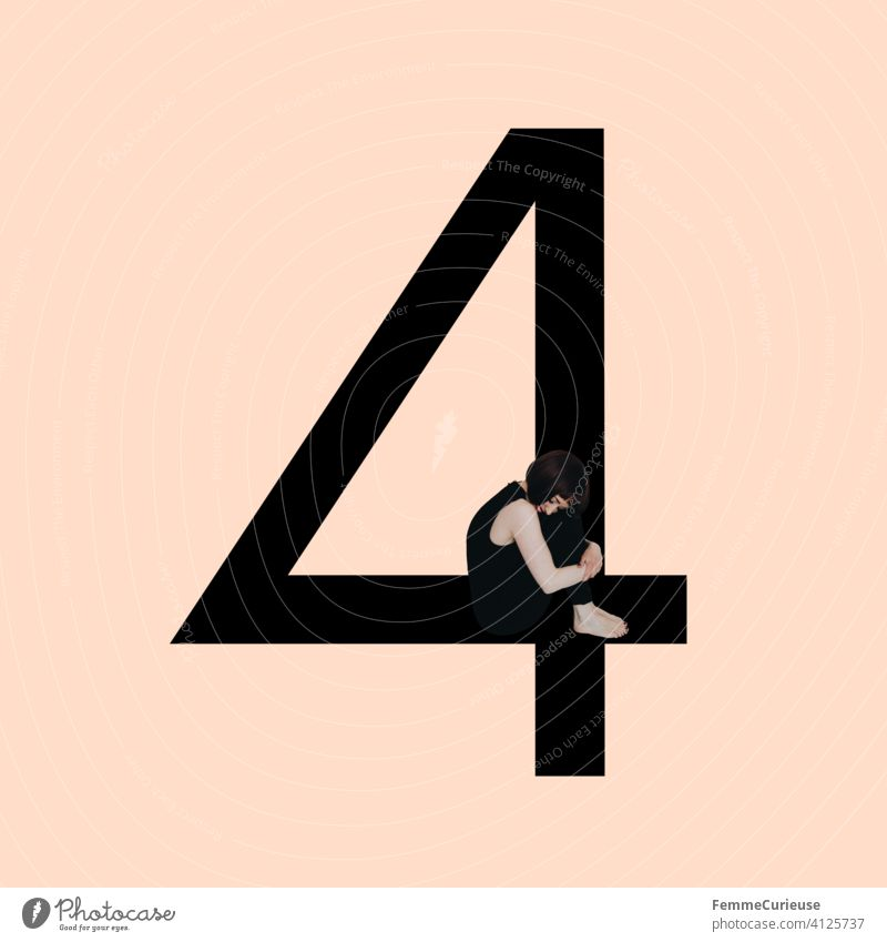 Grafik zeigt schwarzfarbige Zahl 4 vor hautfarbenem Hintergrund und integrierter fotografischer Ganzkörperaufnahme einer posierenden brünetten Frau mit Bob Frisur in schwarzem Einteiler