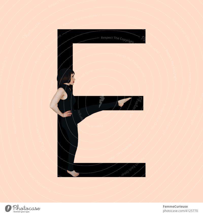 Grafik zeigt schwarzfarbigen Buchstaben E des lateinischen Alphabets vor hautfarbenem Hintergrund und integrierter fotografischer Ganzkörperaufnahme einer posierenden brünetten Frau mit Bob Frisur in schwarzem Einteiler