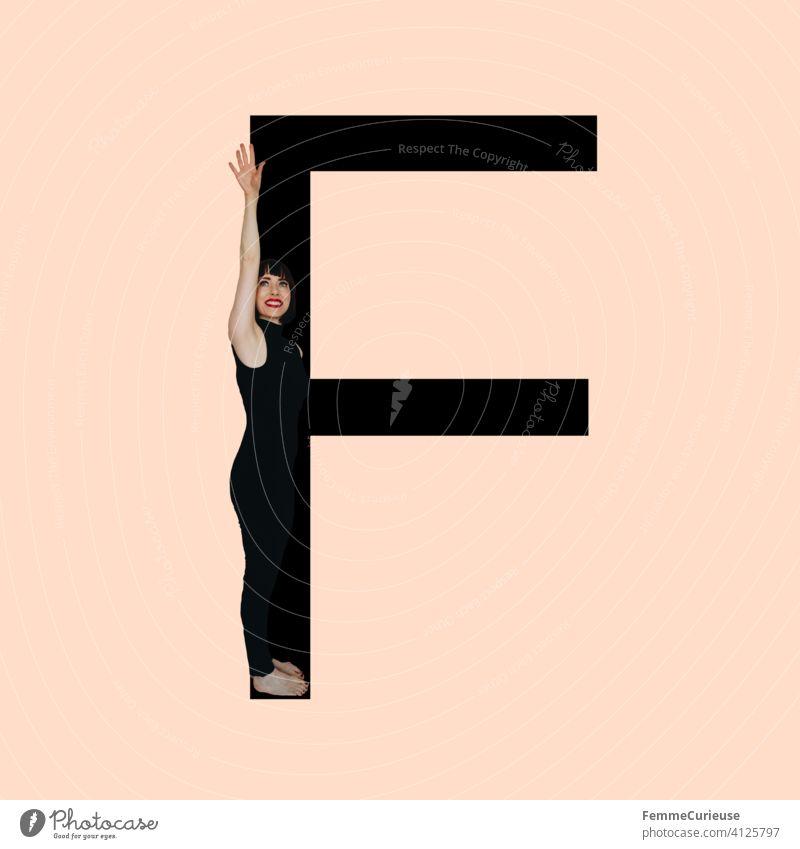 Grafik zeigt schwarzfarbigen Buchstaben F des lateinischen Alphabets vor hautfarbenem Hintergrund und integrierter fotografischer Ganzkörperaufnahme einer posierenden brünetten Frau mit Bob Frisur in schwarzem Einteiler