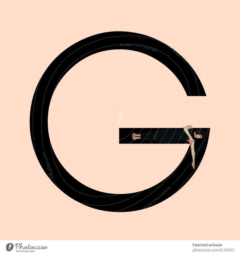 Grafik zeigt schwarzfarbigen Buchstaben G des lateinischen Alphabets vor hautfarbenem Hintergrund und integrierter fotografischer Ganzkörperaufnahme einer posierenden brünetten Frau mit Bob Frisur in schwarzem Einteiler