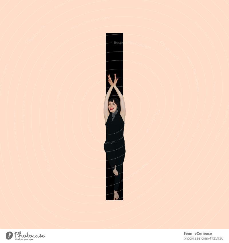 Grafik zeigt schwarzfarbigen Buchstaben I des lateinischen Alphabets vor hautfarbenem Hintergrund und integrierter fotografischer Ganzkörperaufnahme einer posierenden brünetten Frau mit Bob Frisur in schwarzem Einteiler