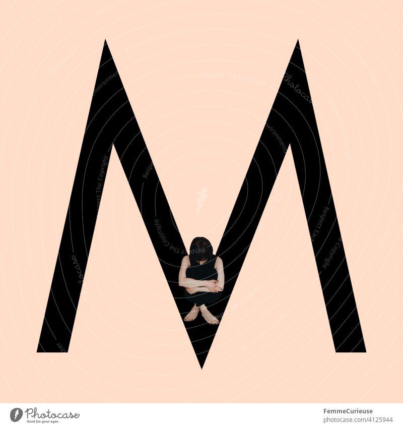 Grafik zeigt schwarzfarbigen Buchstaben M des lateinischen Alphabets vor hautfarbenem Hintergrund und integrierter fotografischer Ganzkörperaufnahme einer posierenden brünetten Frau mit Bob Frisur in schwarzem Einteiler