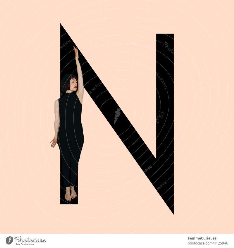 Grafik zeigt schwarzfarbigen Buchstaben N des lateinischen Alphabets vor hautfarbenem Hintergrund und integrierter fotografischer Ganzkörperaufnahme einer posierenden brünetten Frau mit Bob Frisur in schwarzem Einteiler