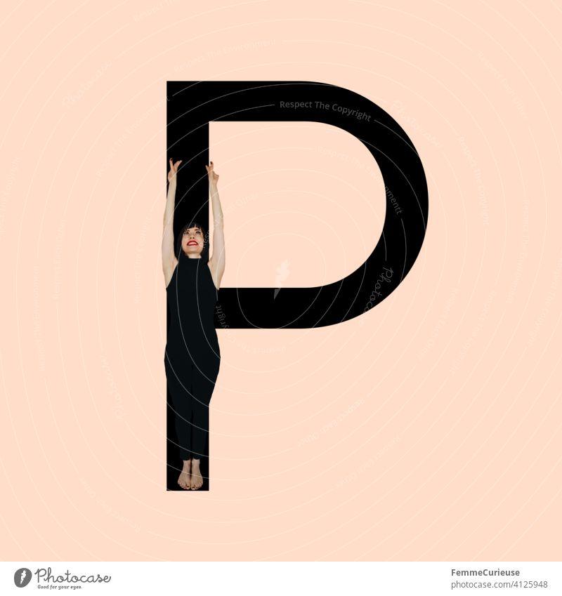 Grafik zeigt schwarzfarbigen Buchstaben P des lateinischen Alphabets vor hautfarbenem Hintergrund und integrierter fotografischer Ganzkörperaufnahme einer posierenden brünetten Frau mit Bob Frisur in schwarzem Einteiler
