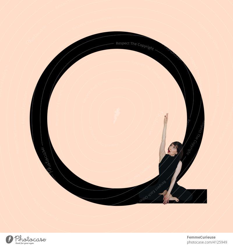 Grafik zeigt schwarzfarbigen Buchstaben Q des lateinischen Alphabets vor hautfarbenem Hintergrund und integrierter fotografischer Ganzkörperaufnahme einer posierenden brünetten Frau mit Bob Frisur in schwarzem Einteiler