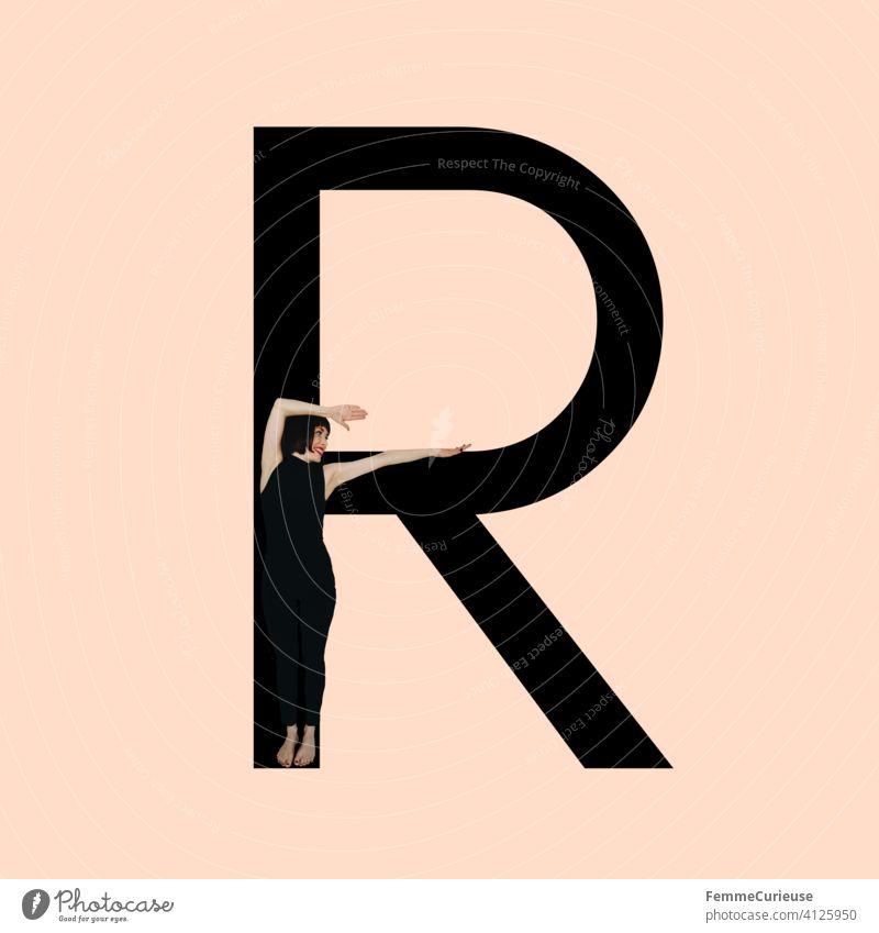 Grafik zeigt schwarzfarbigen Buchstaben R des lateinischen Alphabets vor hautfarbenem Hintergrund und integrierter fotografischer Ganzkörperaufnahme einer posierenden brünetten Frau mit Bob Frisur in schwarzem Einteiler