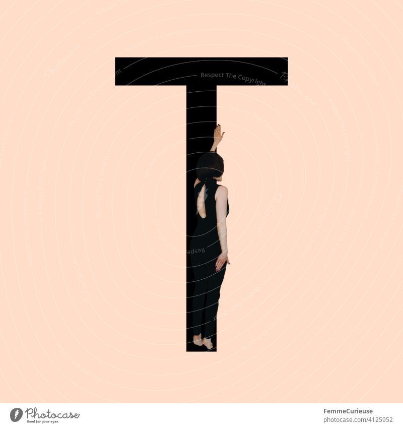 Grafik zeigt schwarzfarbigen Buchstaben T des lateinischen Alphabets vor hautfarbenem Hintergrund und integrierter fotografischer Ganzkörperaufnahme einer posierenden brünetten Frau mit Bob Frisur in schwarzem Einteiler