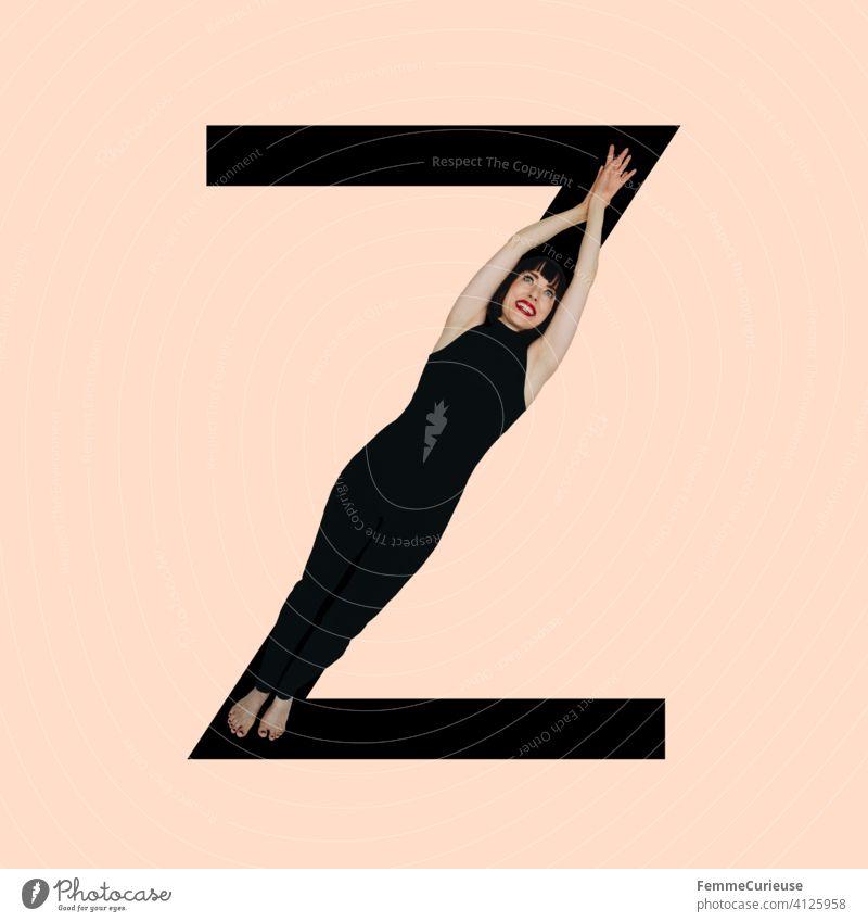 Grafik zeigt schwarzfarbigen Buchstaben Z des lateinischen Alphabets vor hautfarbenem Hintergrund und integrierter fotografischer Ganzkörperaufnahme einer posierenden brünetten Frau mit Bob Frisur in schwarzem Einteiler