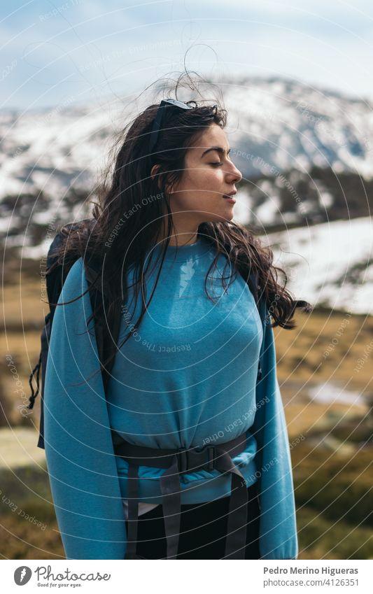 junge Frau Porträt in den Bergen Natur reisen Berge u. Gebirge Sommer Glück Lifestyle schön Person Mädchen im Freien Kaukasier Urlaub Landschaft Menschen