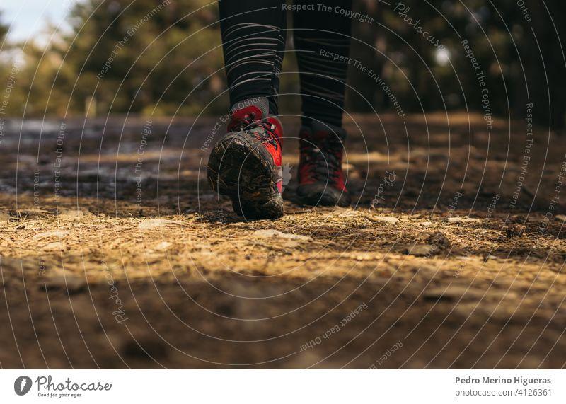 Nahaufnahme von Wanderschuhen in den Berg gehen Berge u. Gebirge reisen Natur Textfreiraum wandern Abenteuer Trekking Wanderer Wanderung Stiefel Schuh