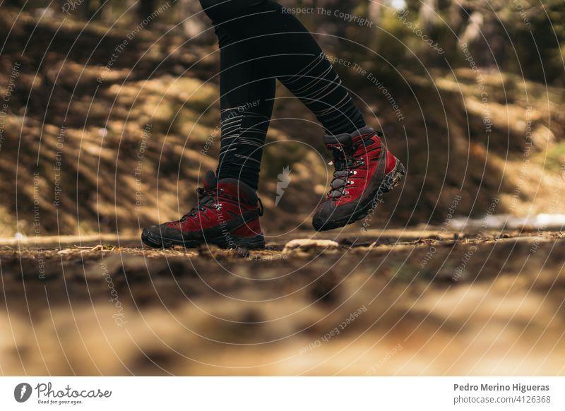 Seitenansicht von Wanderschuhen beim Gehen im Berg Berge u. Gebirge reisen verschneite Natur Textfreiraum wandern Stiefel Trekking Schuhe Abenteuer Wanderung
