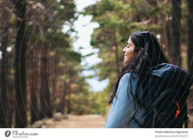 Seitenansicht einer Wanderin beim Wandern im Wald Berge u. Gebirge reisen Landschaft Natur Textfreiraum Frau Abenteuer Wanderer wandern Lifestyle Freizeit