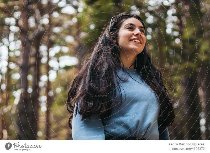 Porträt eines weiblichen Wanderers, der in einem Wald spazieren geht. Berge u. Gebirge reisen Landschaft Natur Textfreiraum Frau wandern Abenteuer Menschen