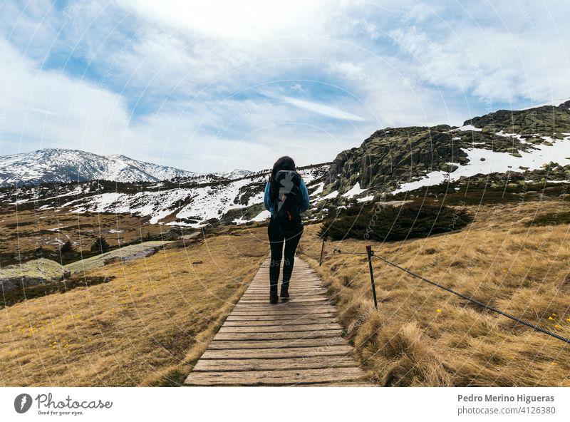 Frau Wanderer zu Fuß auf dem Weg zu den verschneiten Bergen. Winterlandschaft Berge u. Gebirge wandern Natur reisen Tourismus Abenteuer Landschaft Tourist