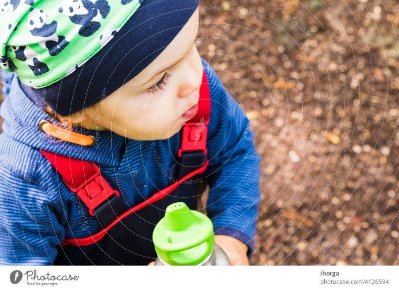 Baby spielt im Herbst auf einem Waldweg. Abenteuer allein Rücken Junge Kind Kindheit Tag fallen Freiheit Spaß Halloween Glück wandern unabhängig einzeln